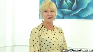 UK cougar Sapphire Louise gives the brush unjustified a supreme finger penetrate