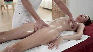 Czech Babe Chesly Sun Gets A Nice Twat Massage